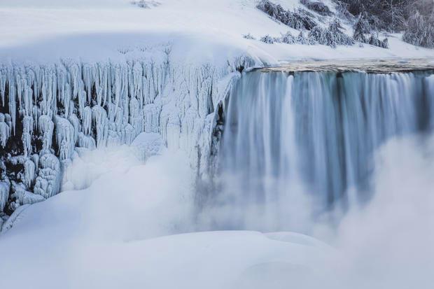 zamarzniety wodospad niagara0